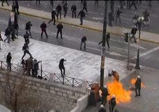 Binlerce gösterici polise molotof attı, araçları yaktı