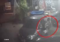 Duran arabaya çarptı, iki kişi camdan dışarı fırladı!