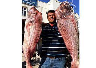 Bir oltayla iki dev balık yakaladı