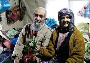 77 yıl sonra kavuştuğu eşini baş tacı ediyor
