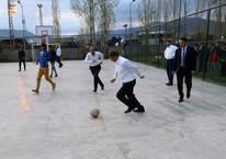 Başbakan Davutoğlu, çocuklarla futbol oynadı