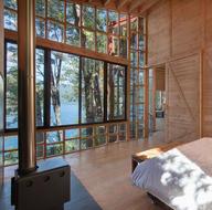 Bu ev ağaçların arasından denize uzanıyor