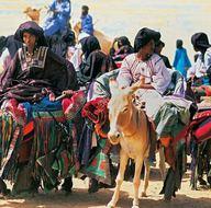 Kadınların yönettiği kabilede peçeyi erkekler takıyor