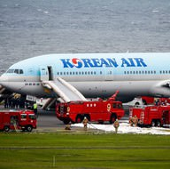 Yolcu uçağının kalkış sırasında motoru yandı