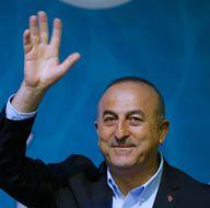 Bakan Çavuşoğlu'na üniversite öğrencilerinden büyük sürpriz
