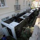 Çalışır halde bırakılan otobüs bahçeye devrildi
