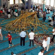Cami cemaatinin üzerine avize düştü: 11 yaralı