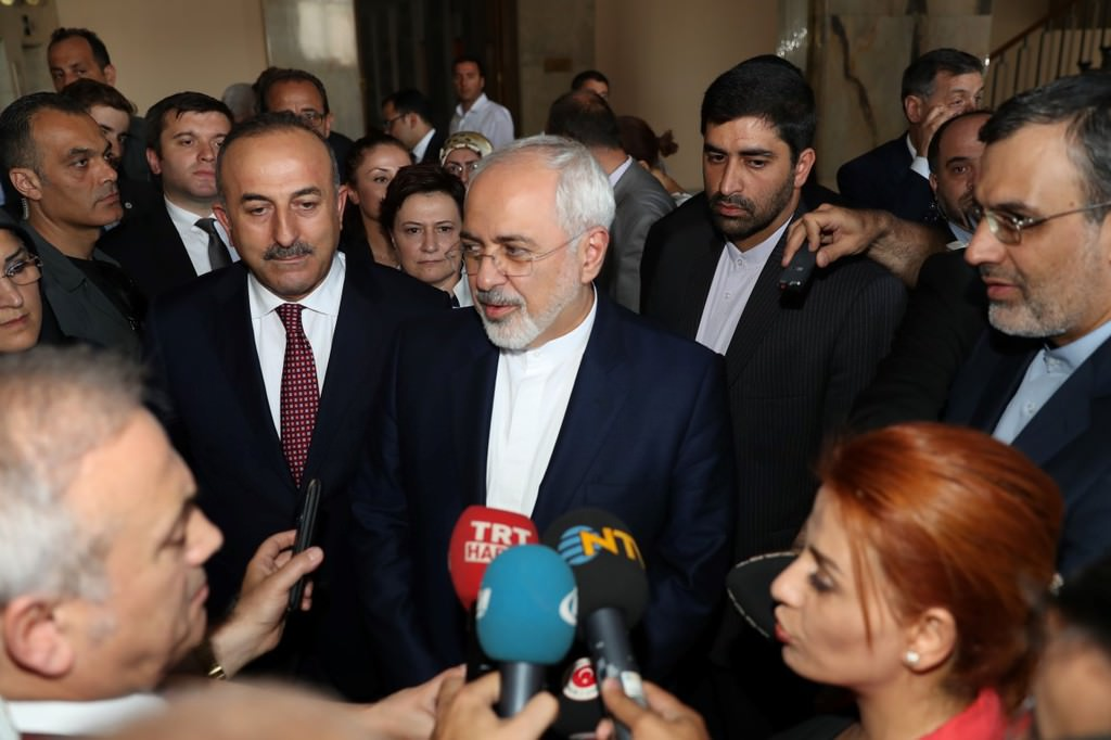İranlı Bakan Zarif Meclis'i şaşkınlıkla izledi