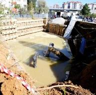 Ankara'da yol çöktü, 2 iş makinası sulara gömüldü