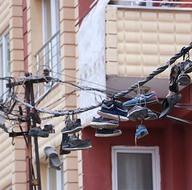 Ayakkabıları çalıp elektrik kablolarına astılar