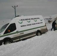 Cenaze aracı, kar nedeniyle kayarak yoldan çıktı