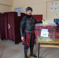 'Diriliş Ertuğrul' kıyafetiyle oy kullandılar