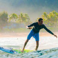 İki gözü de görmeyen adamın sörf tutkusu