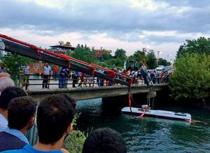 Osmaniyede öğrencileri taşıyan midibüs sulama kanalına devrildi