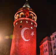 Tarihi Galata Kulesi kırmızı beyaza büründü