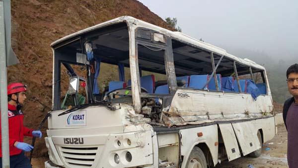 TIR ile işçi servisi çarpıştı: 2 ölü, 24 yaralı
