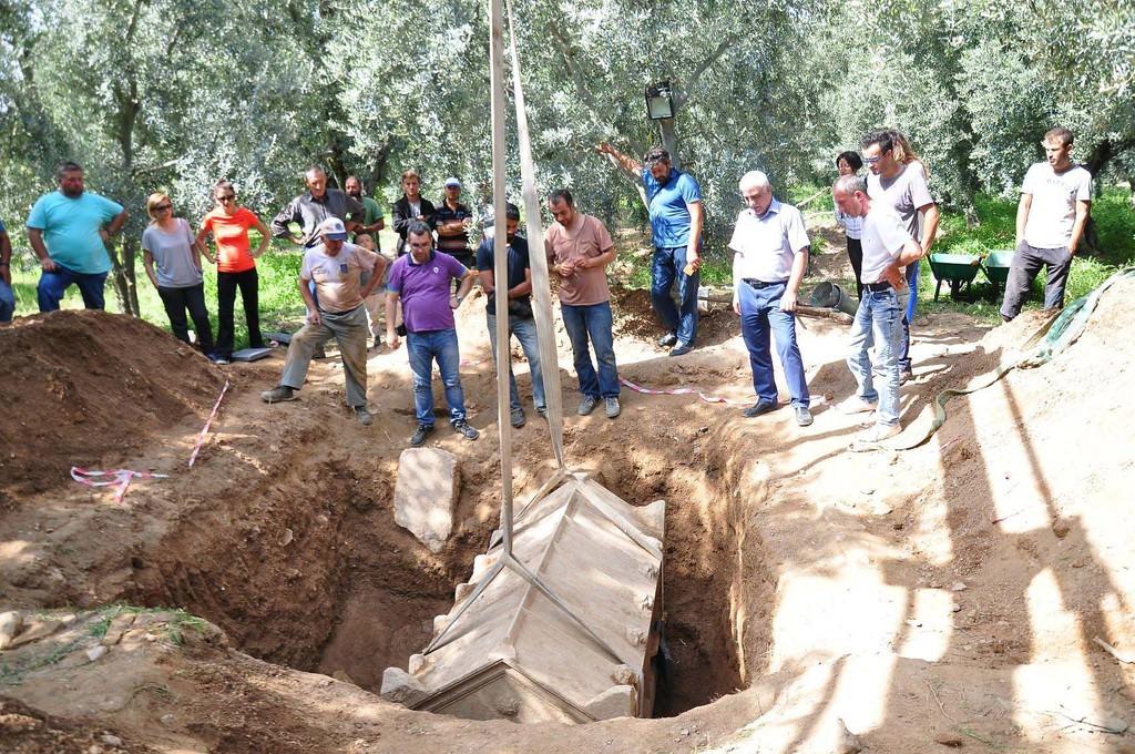Zeytinlikten 3 tarihi mezar çıktı