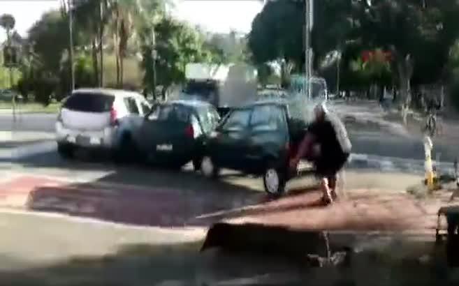Otomobili kaldırıp yolun kenarına böyle attı