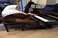 Şiir gibi piyano çalan teyze