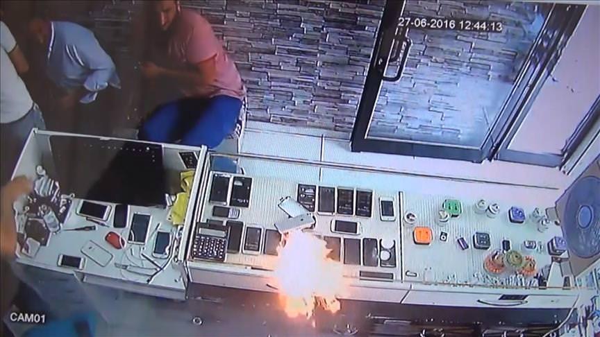 Telefon bataryası bomba gibi patladı!