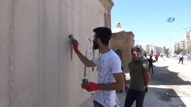 Beton bariyerleri sanat eserine dönüştürdüler